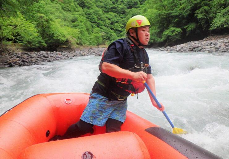 遠山川で新たなコースを調査する伊藤さん