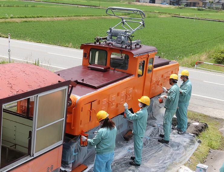 トロッコ電車の車両を補修する黒部峡谷鉄道の社員=黒部市宇奈月町下立