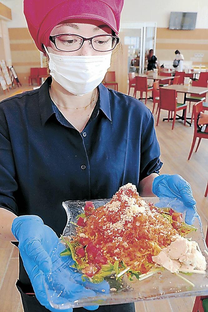 白山市産のトマトを使った「まっとうトマト氷冷麺」=同市の道の駅めぐみ白山