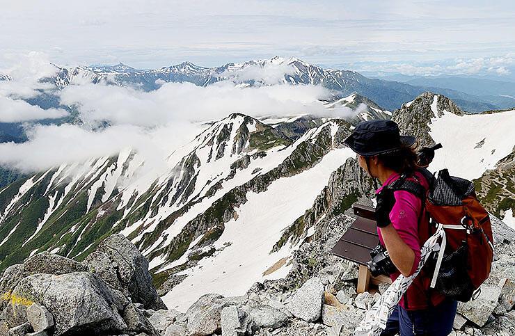 北アルプスの山々の雄大な眺めを楽しむ登山者=雄山山頂近く