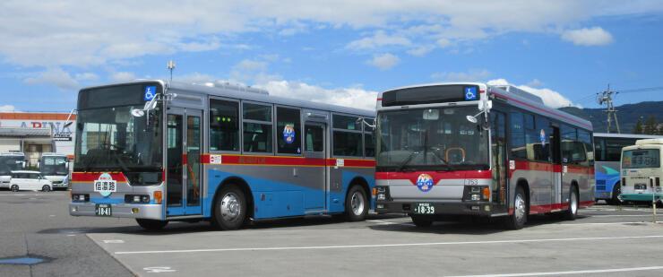 60年前に長野電鉄などが運行した特急バスを再現した車両(左)と現在の東急バスを再現した車両