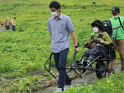 車椅子で楽しむ高山植物 白馬の植物園が専用一輪車でツアー