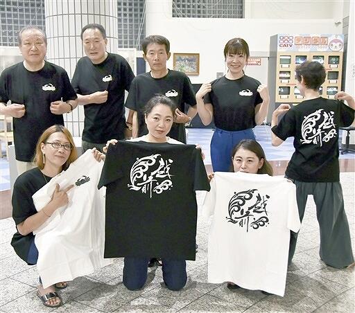 越前みなと大花火実行委員会が製作したTシャツ=福井県越前町越前コミュニティセンター