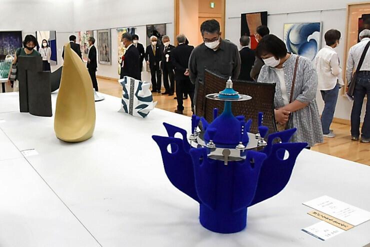 130点余の現代工芸作品が並ぶ展示会