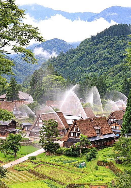 世界遺産の集落に描かれた水のアーチ=南砺市相倉