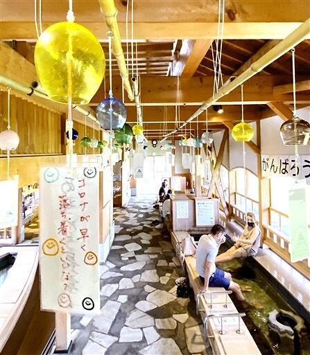 願いの短冊とともにつるされるガラスの風鈴=福井県あわら市温泉1丁目の「芦湯」