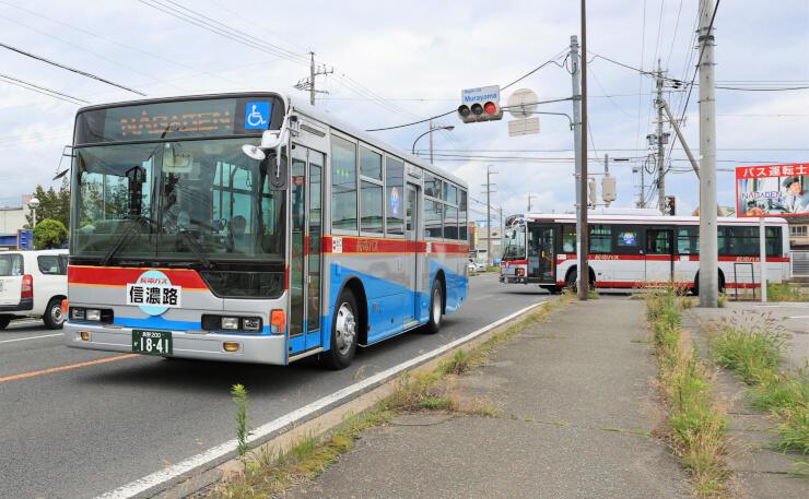 長野市街地を走る「東急バスカラー」の長電バス