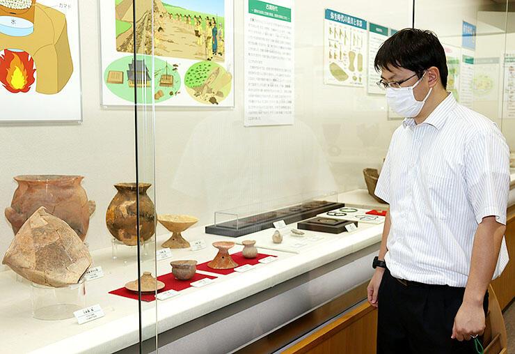県内で出土した遺物を紹介する展示
