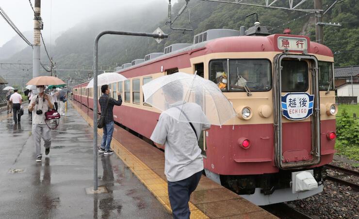 普段は静かな無人駅が、観光列車の到着でにぎわった=えちごトキめき鉄道市振駅