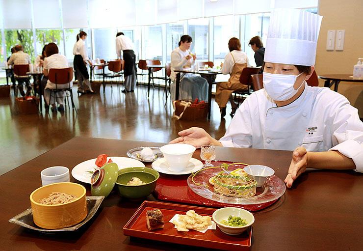 コース料理を紹介する学生