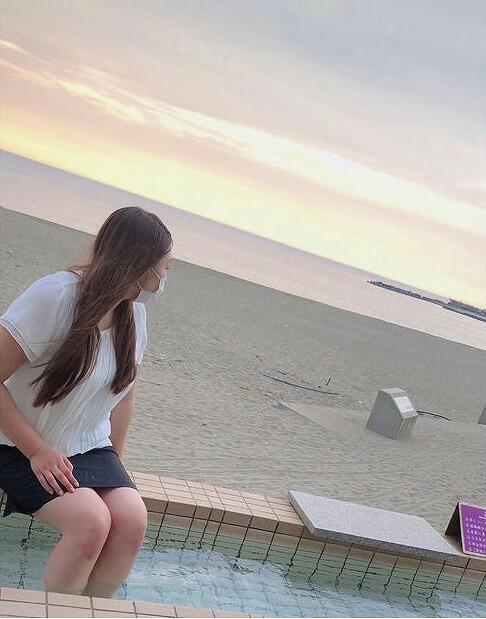 三国サンセットビーチの真横にある「三国温泉ゆあぽーと」=福井県坂井市