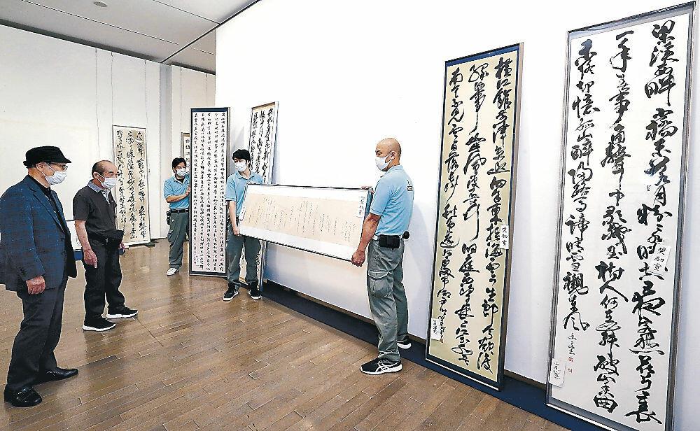 作品の陳列作業を進める関係者=金沢21世紀美術館
