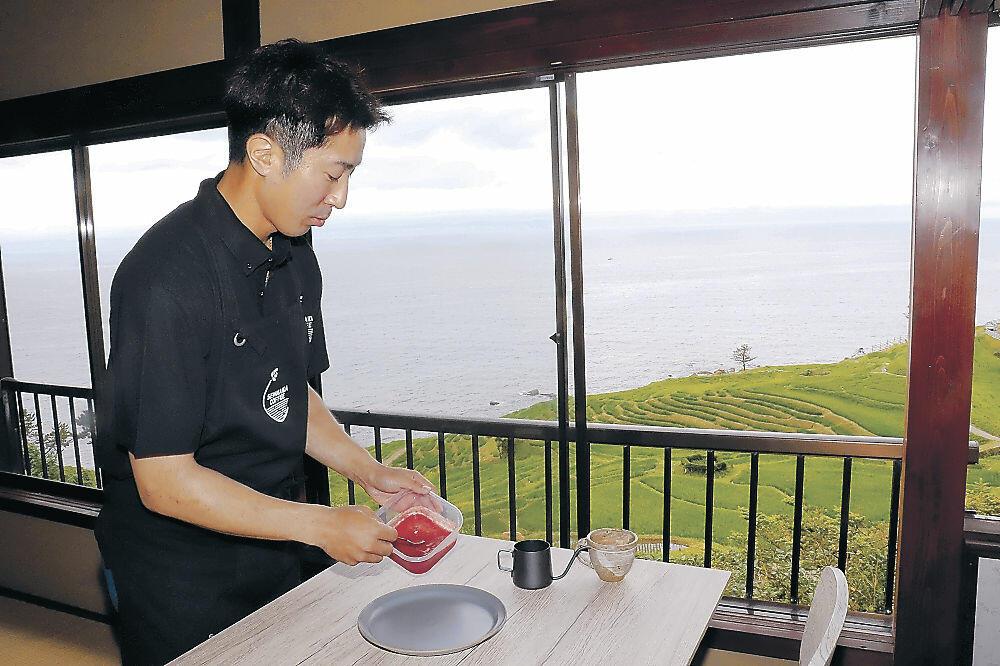 カフェのオープンに向けて準備をする牧田さん=輪島市白米町
