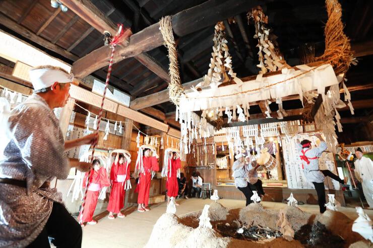 雨乞いの儀式「下栗の掛け踊り」で軽妙に舞う地元住民や子どもたち=2019年8月