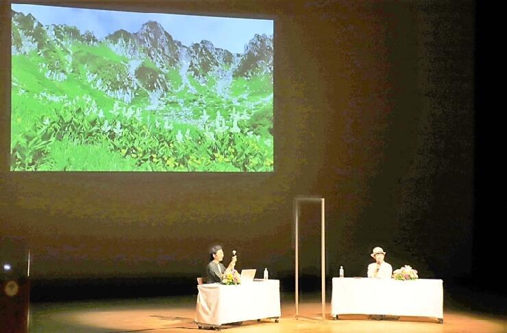 中央アルプスの写真を見せながらトークした鈴木さん(右)ら