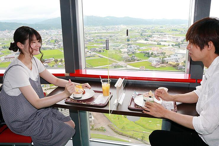 タワーからの眺めとスイーツを満喫する来場者=小矢部市のクロスランドおやべ