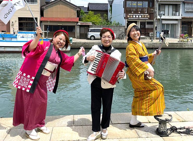 ツアーのガイドを務める(左から)紅粉さん、木谷さん、川口さん