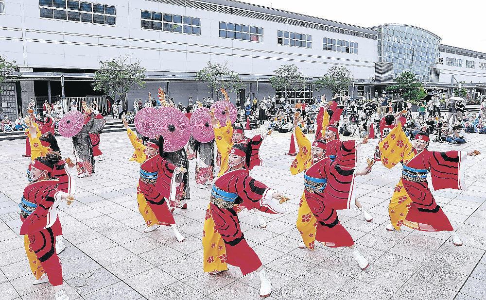 笑顔で躍動感あふれる演舞を披露する「The日本海&北國新聞」=JR小松駅前市民公園
