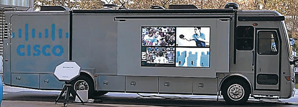 マラソンコース上で応援動画を映す大型モニターが設置されたバス