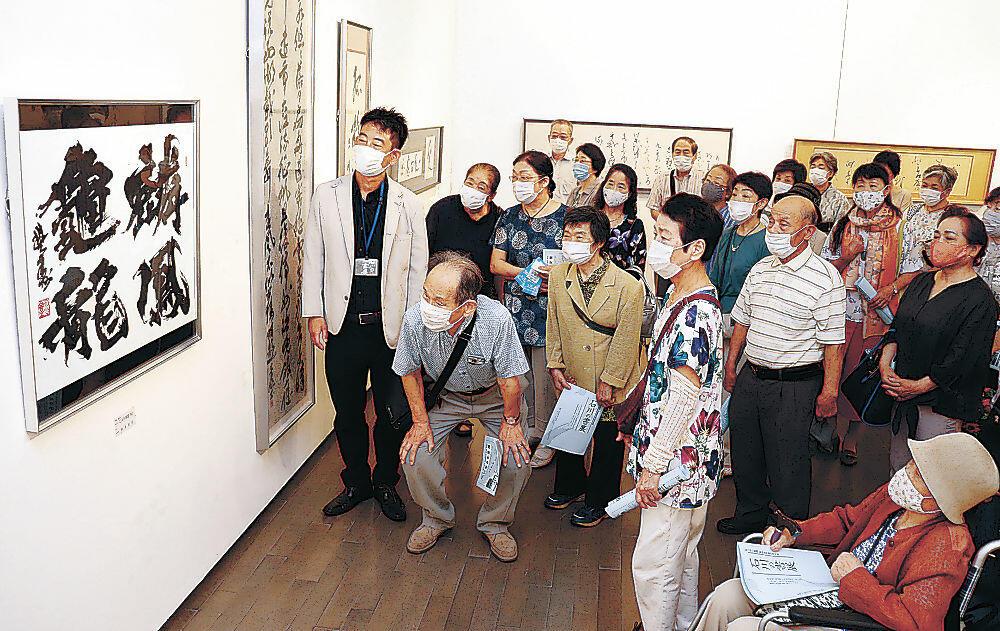 阿部理事の作品を鑑賞する高砂大学校同窓生=金沢21世紀美術館