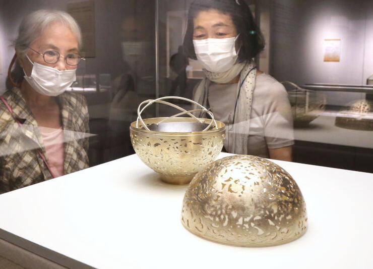 正倉院宝物を再現した特別展で披露されている「銀薫炉」=長岡市の県立近代美術館