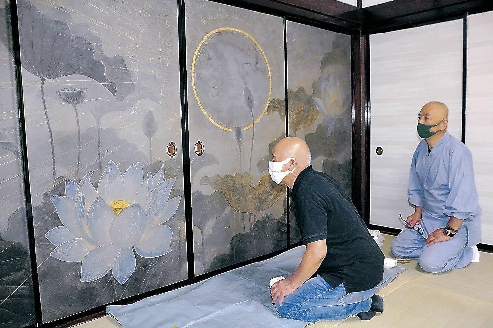 障壁画の仕上がりを確認する松原さん(左)と高野住職=羽咋市太田町の妙法寺