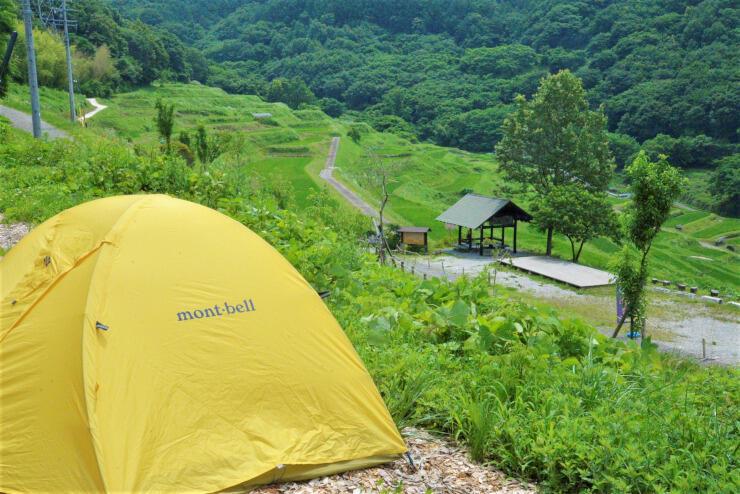 新たに整備したテント場(左手前)。「稲倉の棚田」(奥)を一望できる