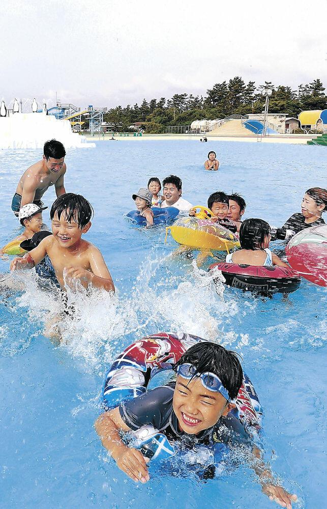 青空の下、プールで遊ぶ子どもたち=金沢市の健民海浜プール
