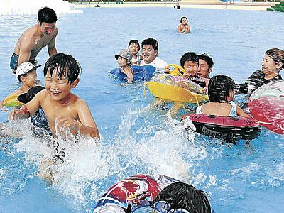 県内梅雨明け、健民海浜プールで児童ら水遊び