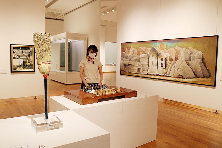 多彩な収蔵品を紹介する「70年のキセキ 人生に寄り添うコレクション」の会場