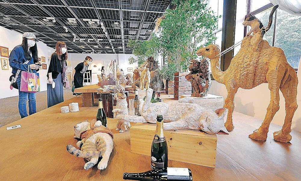 多彩な動物を表現した作品を鑑賞する人たち=金沢市のしいのき迎賓館