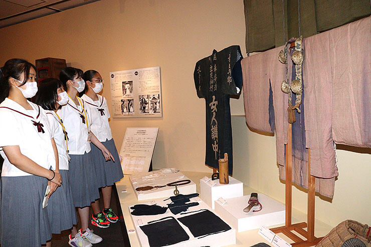 衆徒らが着用していた装束が展示されている会場