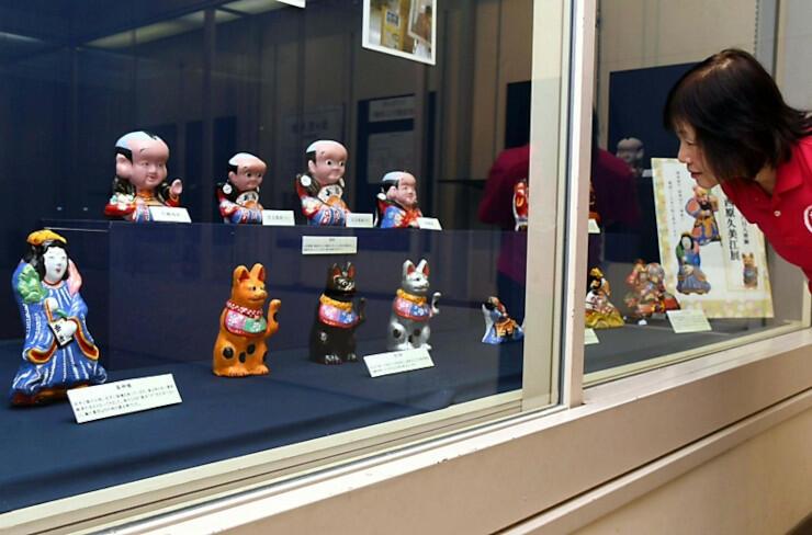 企画展で飾られている西原さんの土人形