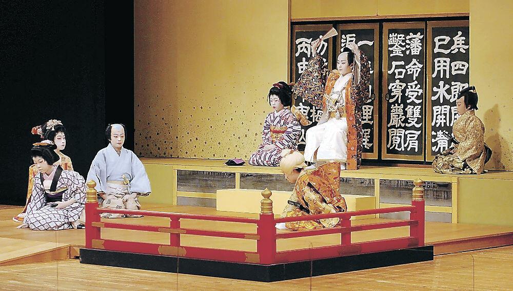 舞台で熱演する子供役者=小松市の県こまつ芸術劇場うらら