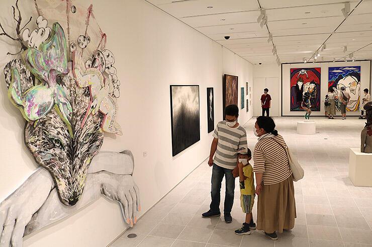 独創的な意欲作が並ぶ会場=県美術館