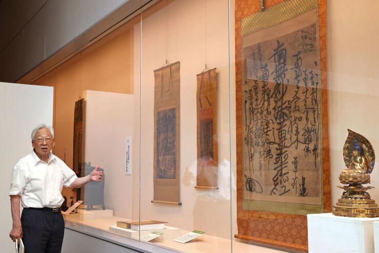 「日蓮聖人と法華文化」の見どころを解説する中尾堯・立正大名誉教授=16日、長岡市関原町1の県立歴史博物館