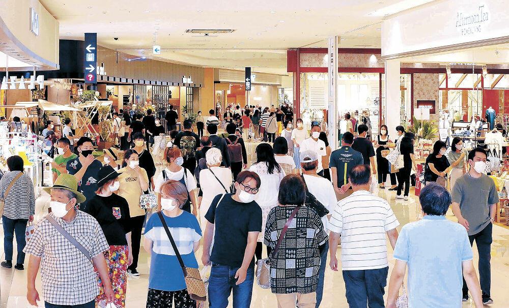 全面開業初日、大勢の来館者でにぎわうイオンモール白山=白山市横江町