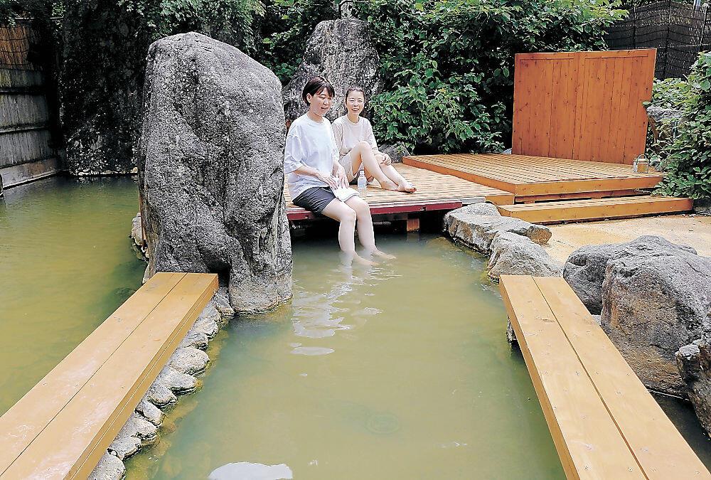「薬師の湯」に設けられた温泉床(写真奥)=白山市の中宮温泉