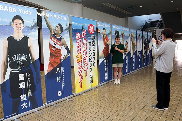 東京五輪の出場選手を応援しようと飾られた写真付きパネル=県総合体育センター