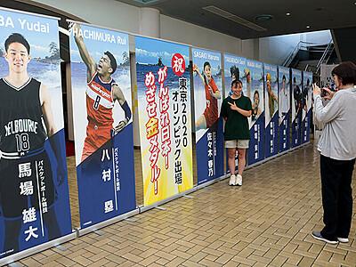 パネルで東京五輪富山県勢応援 県総合体育センターに展示
