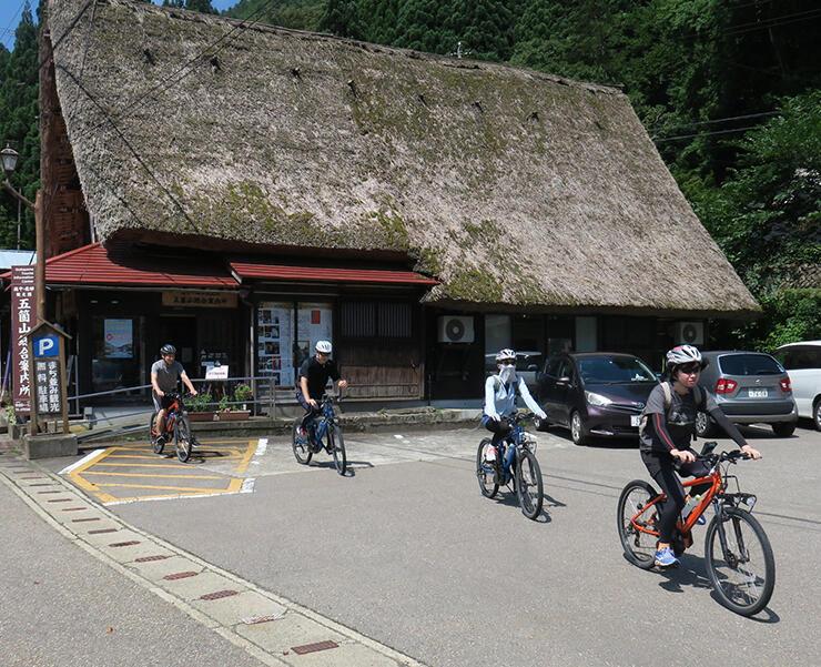 電動アシスト付き自転車に乗ってサイクリングに出発する参加者