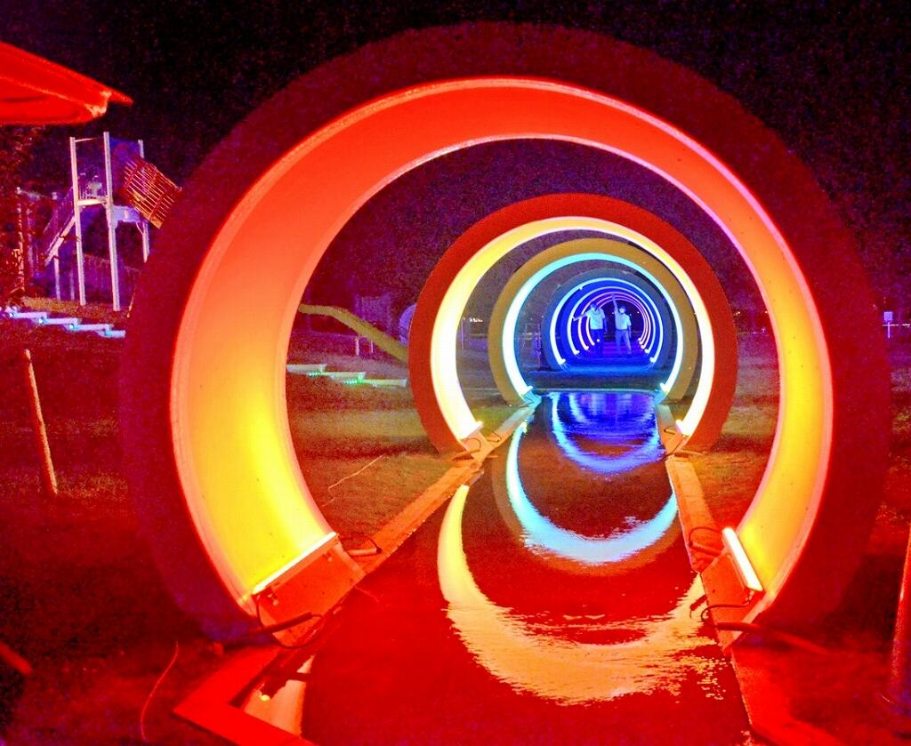幻想的な光を放つパイプラインのトンネル=坂井市のゆりの里公園