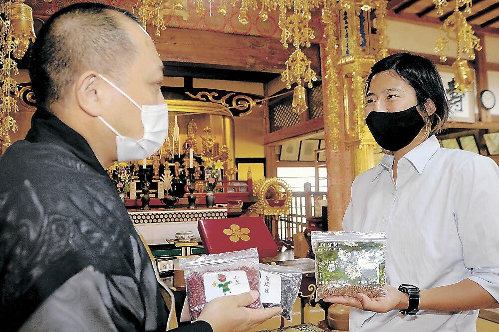 山川執事長(左)に自然栽培スパイスを寄贈した木内さん=羽咋市の妙成寺