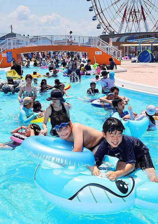流れる海水プールを楽しむ子どもたち =ミラージュランド