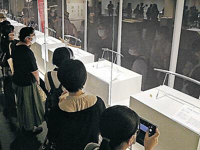加州刀85点ずらり 全国から刀剣ファン700人 県立歴史博物館で特別展