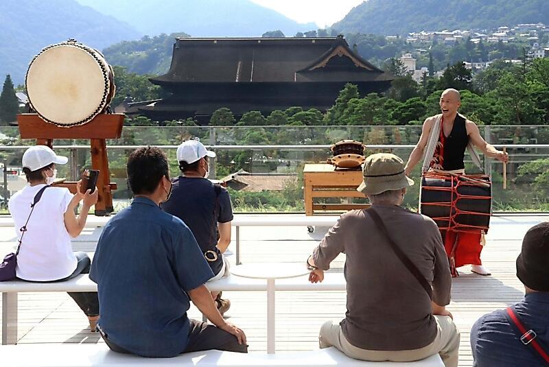 善光寺(奥)を望む県立美術館の屋上広場で和太鼓が響いた「風テラスLIVE」