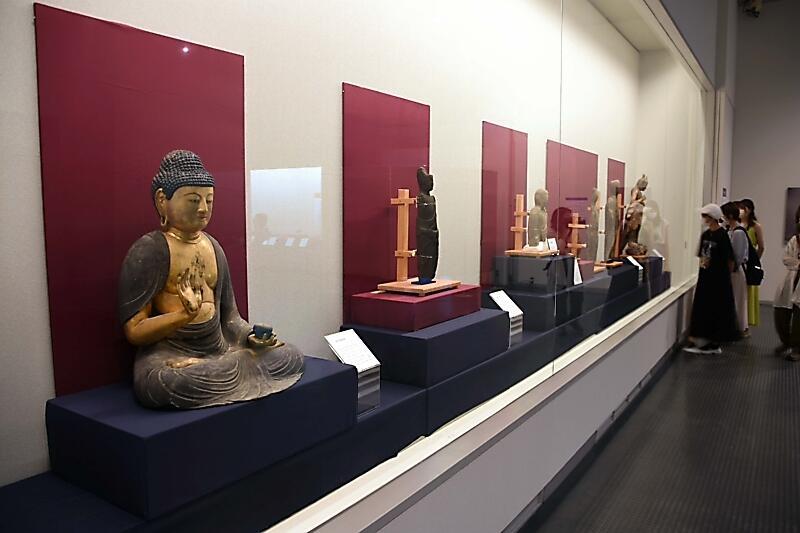飯田市の寺院に伝わる仏像などが並ぶ会場