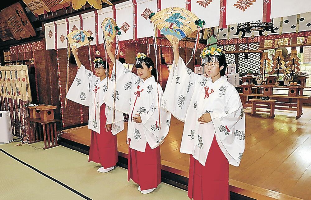 浦安の舞を披露する巫女=小松市上本折町の多太神社