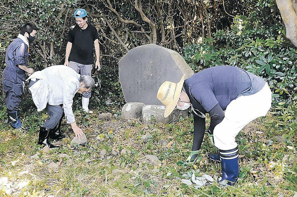 歌碑周辺を清掃する参加者=七尾市の机島