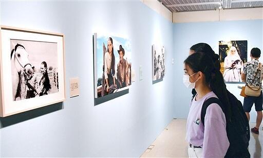 多彩な表情を見せるオードリー・ヘプバーンの写真135点が並ぶ企画展=7月23日、福井県福井市の県立美術館